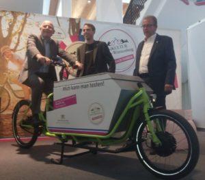 Verkehsrminister Winfried Hermann (Grüne) auf einem Lastenrad made in Baden-Württemberg auf der EUROBIKE in Friedrichshafen.