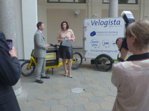 Staatssekretärin Dorothee Bär nimmt Studie zum Einsatz von Fahrrädern im Wirtschaftsverkehr entgegen