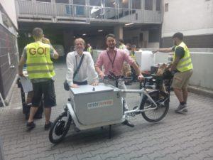 Bei Amazon Prime Now am Kudamm: Amazon-Sprecher Stephan Eichenseher mit Cargobike von InterKEP, Servicepartnern von GO! und Benjamin Georg (Urban-e und Little Big Cargo)