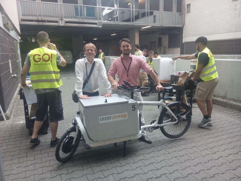 Amazon-Sprecher Stephan Eichenseher (links) mit Servicepartnern