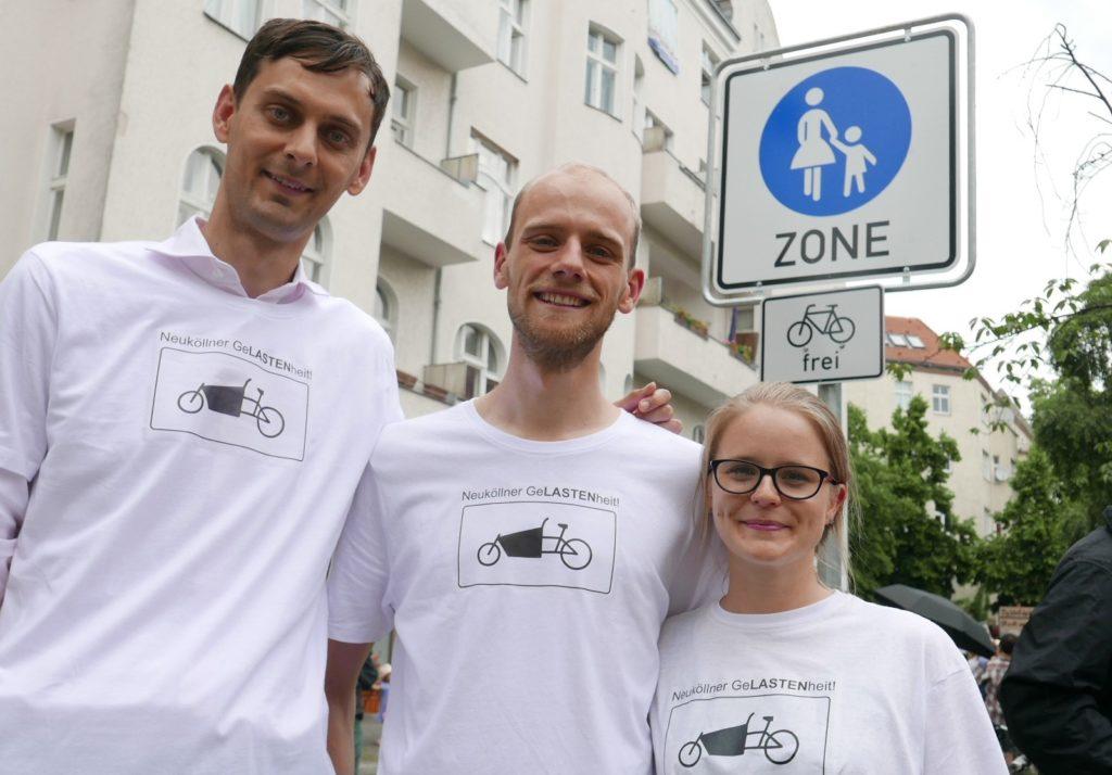 Neuköllns Bezirksbürgermeister Martin Hikel (SPD) mit seinem Radverkehrsteam Christian Göttsche und Denise Schröter (v.l.n.r) bei Einweihung Cargobike-Parkplätze im Juni 2019.