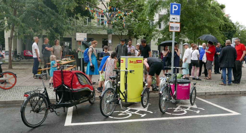 Prototyp Cargobike-Parkplätze in Berlin-Neukölln.