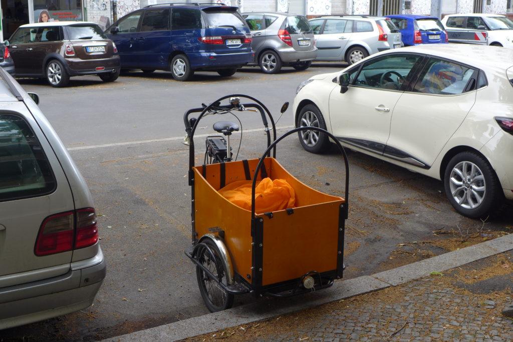 Lastenrad Parken am Fahrbahnrand