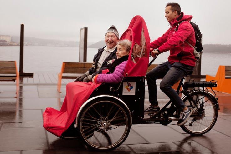 foto erwachsene auf dem lastenrad