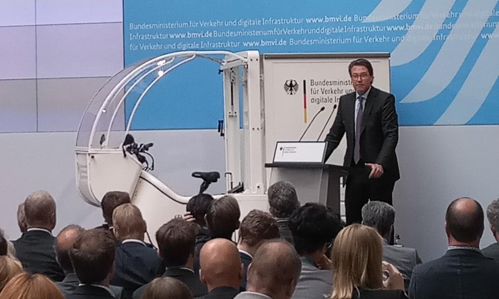 Andreas Scheuer mit Lastenrad
